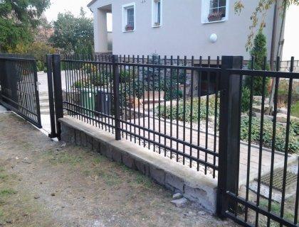 Kovový plot s bránou